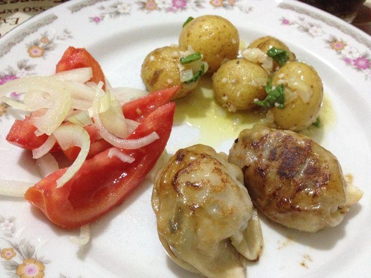 Guiozas, conserva de batatinhas no vinagrete de framboesa, salada de tomate com cebola.
