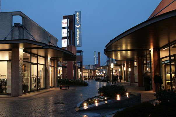 2004 gli outlet di vicolungo mil n italia www for Milan outlet