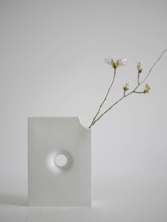 はなぶんこ 肥前吉田焼 本棚に花を一輪。文庫本のような一輪挿しです。 本棚に花を一輪挿すだけで、優しい空気が流れ始めます。 花の仕切りやインデックスとして、もちろん普通の花瓶としても使用できます。