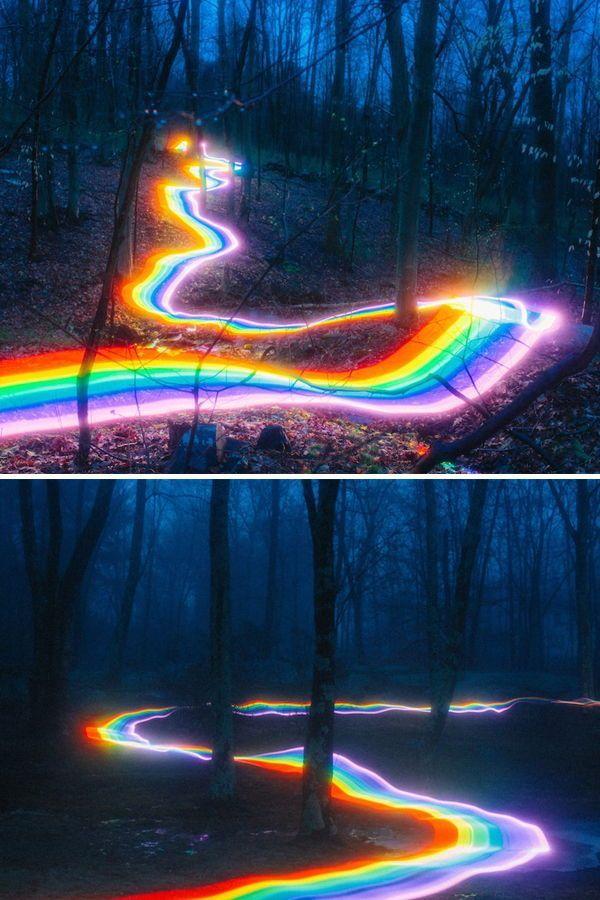 Lebendige Regenbogenstraßen erleuchten Wälder un…
