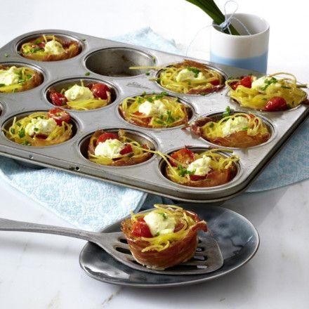 Kleine Nudelnester mit Frischkäse, Tomaten und Schinken Rezept
