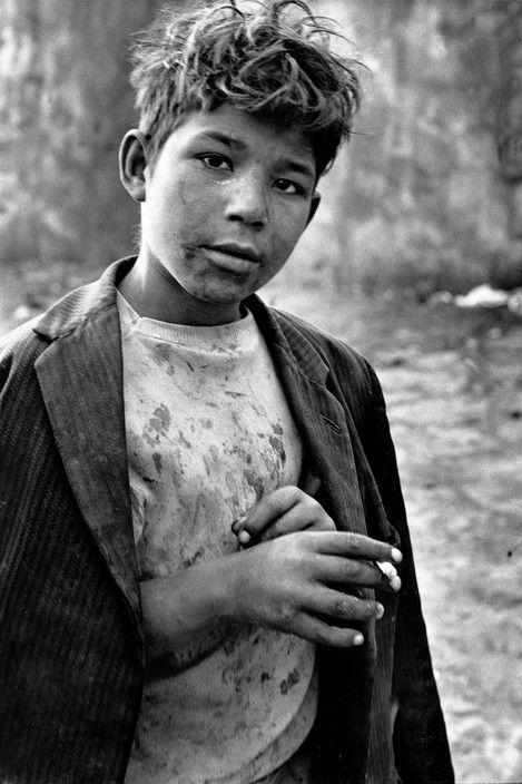 Sergio Larrain CHILE. Santiago. 1963. Gracias al encargo de unas entidades benéficas retrató a los niños de la calle de Santiago. Fue su primer gran reportaje, se consideraa que fue una serie donde la violenta realidad no difumina la ternura y la simpatía.
