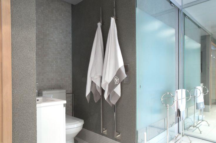 Kylpyhuoneen wc-tila sulkeutuu lasisella liukuovella. #asuntomessut #asuntomessut2014 #yitasuntomessut #yitdramaqueen #yitdramaqueenkylpyhuone