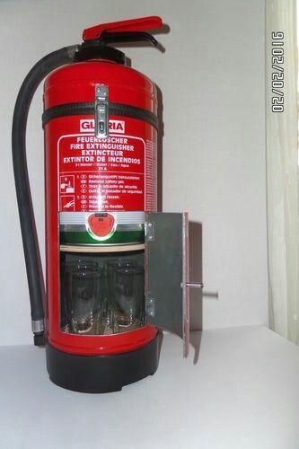 Ein umgebauter Feuerlöscher als Bierspender.  Es passt ein 5 Liter Bierfässchen hinein.  Unten stehen 4 Gläser.