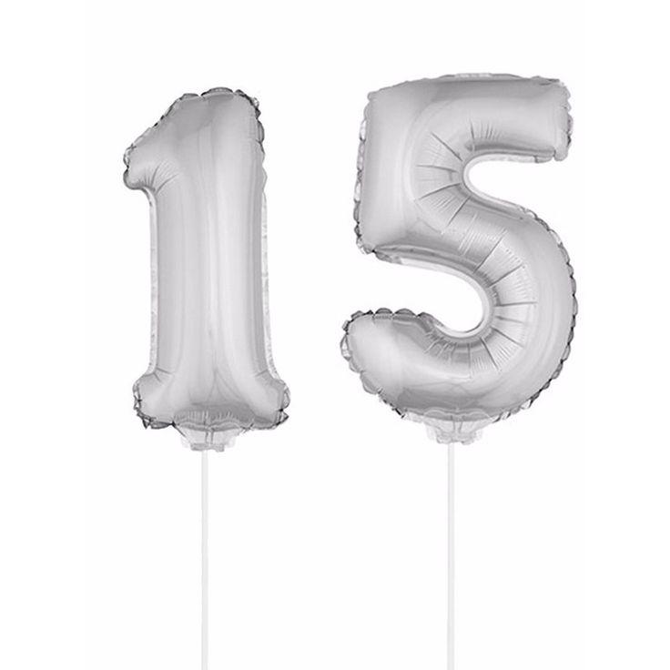 Zilveren opblaas cijfer 15 op stokjes. Beide ballonnen zijn ongeveer 41 cm. Door middel van de ballonstokjes kun je de cijfers in een zachte ondergrond plaatsen. De ballonnen zijn alleen geschikt voor lucht.