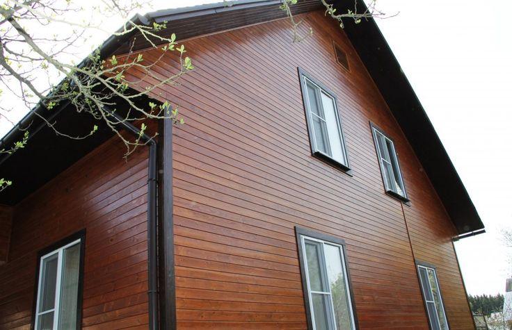 Дом каркасный, обшит имитацией бруса. Отшлифован абразивом P100. Стены окрашены лазурью Leinos для наружных работ арт. 260, цвет - Kastanie. Наличники и перила окрашены в цвет - Schokoladenbraun