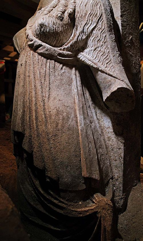 Today, the first wall sealing the front of the Amphipolis Caryatids was removed and the continuity of the robes of the two sculptures was revealed. The robes bear exceptionally crafted folds. The caryatids, from the outside, appear to slightly lift their chitons with the corresponding hand.