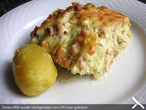 Krautkuchen aus körnigem Frischkäse, Eiern, Zwiebeln, Weißkohl, Käse und Schinken