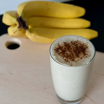 Een warme smoothie - kan dat? Jazeker! Deze banaan-kaneel-havermout-willof (!) smoothie van As Healthy As Possible bewijst 't.
