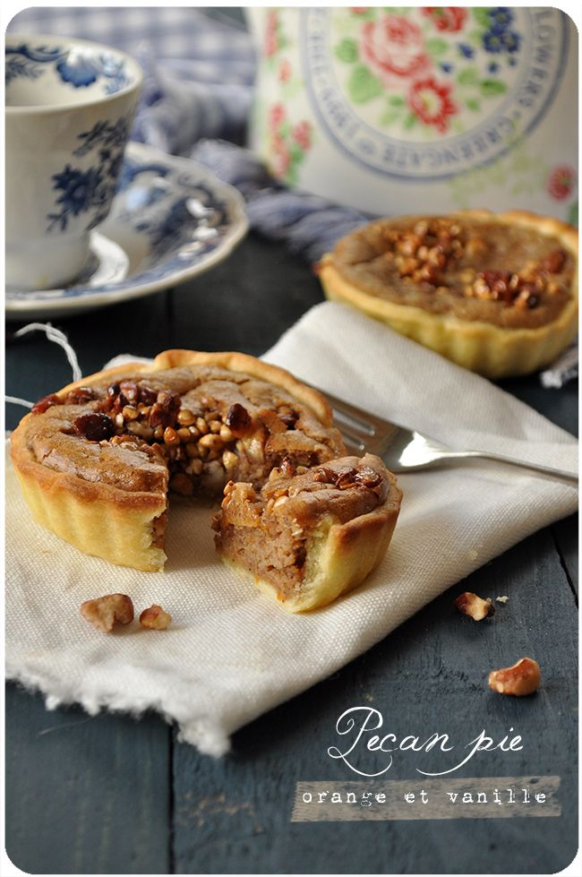 Des petites douceurs de saison, pleines de bonnes choses, sur la base de la recette de la tarte aux noix de Cuisine en bandoulière. Tartelettes aux noix de pécan Pour 6 à 8 tartelettes selon la taille de vos moules 1 pâte sablée (maison ou du commerce)...