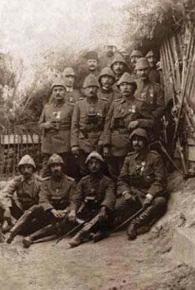 1881-1915 yılları arası Atatürk albümü. Yarbay Mustafa Kemal cephede, Gelibolu, Çanakkale, 2 Mayıs 1915
