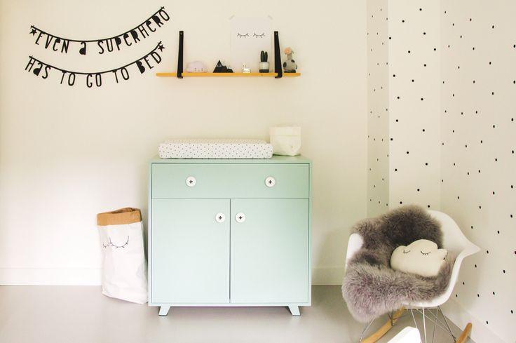 Zwart wit babykamer met mintgroen.