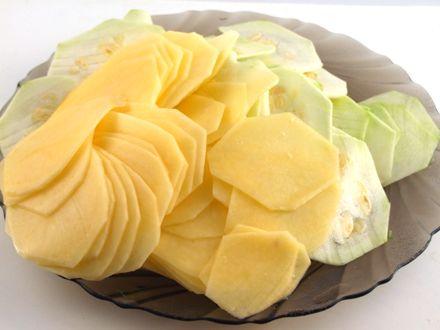 Tarta de cartofi si dovlecei cu ceapa verde - Feliem subtire cartofii si dovlecelul