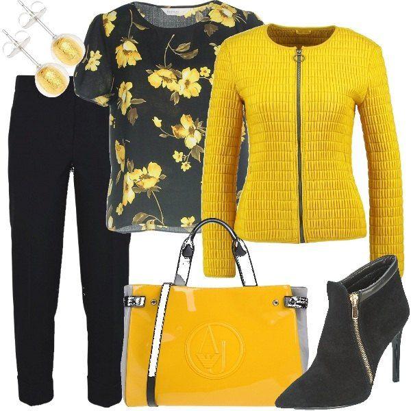 I pantaloni gialli sono abbinati ad una camicetta nera con