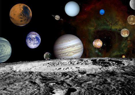 太陽系の全惑星を月面上から望む  宇宙探査機ボイジャーが撮影した写真から作成したこの合成写真では、8つの惑星と木星の4つの衛星が月の地平線上、ばら星雲を背景にして不規則に並べられている。このシミュレーション写真にある惑星と衛星のほかに、私たちの太陽系には恒星、小惑星、彗星、そして例えば冥王星のような準惑星がある。