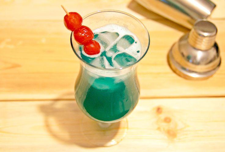 Tropical Dream to bardzo dobry i łatwy w przygotowaniu, trójskładnikowy koktajl. Aby go przygotować potrzebne są: Malibu Rum, likier blue curacao oraz sok ananasowy.