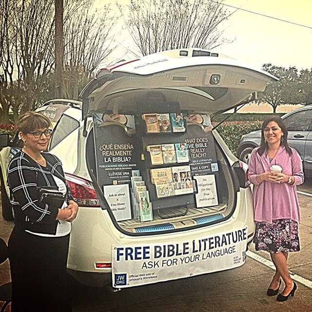 Early morning public witnessing at a gas station in Texas. Photo shared by @chouaquila Thank you from JW-Archive.org