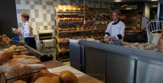 De Stadsbakker Zwolsch Stadsbrood is een uniek brood in Nederland. Het brood, waarvan de vorm is afgeleid van de grachten die het centrum van Zwolle omsluiten, wordt alleen bij De Stadsbakker verkocht. Het brood heeft een geheel eigen, unieke receptuur waarin vooral regionale en traditionele ingrediënten als spelt en rogge in verwerkt zijn. De Stadsbakker vindt u aan de Blijmarkt 4 in #Zwolle