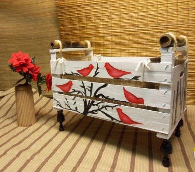 Revistero artesanal rustico con original diseo de pajaritos rojos sobre ramas…