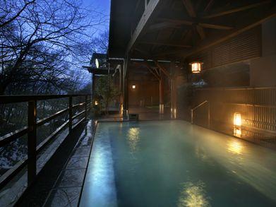 ジャグジーの泡に包まれ寛ぐ露天風呂 栃木県那須温泉こころのおやど自在荘。那須七湯で知られる源泉・湯量豊かな高原リゾート。