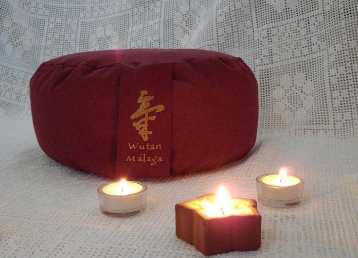 """Zafu """"Wutan Málaga""""... Cojín para practicar meditación o yoga. Relleno de cáscara de cereal y pintado a mano para centro Wutan Málaga."""