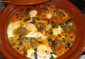 Recette Tajine de keftas aux oeufs  1 - Préparer les ingrédients : Saler la viande, façonner des boulettes de taille identique pour un temps de cuisson homogème. Lors de mon voyage, les marocains parfumaient la viande à l'aide de ras-el-hanout 2 - Tajine de keftas aux oeufs : Etape 2 Couper en dés les tomates et les oignons. Ciseler grossièrement le persil ou la coriandre. 3 - Mettre l'ensemble des épices dans le tajine, cumin, paprika, poivre blanc, gingembre, safran, cannelle, sel. ...