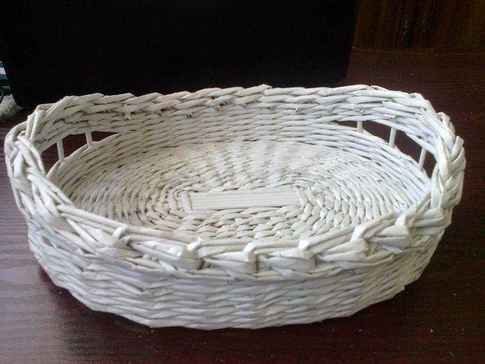 Clase magistral en tejer cestas de tubos de periódicos