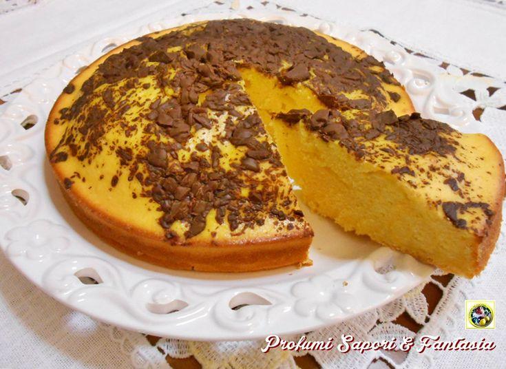 Torta di ricotta e cioccolato, solo la ricotta senza altri grassi aggiunti rende la torta soffice. Il cioccolato a scagliette in cottura fonde in superficie