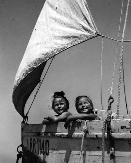 Les petites filles du bateau 1961 par Robert Doisneau