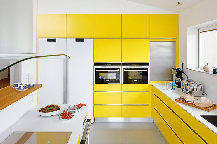 ♥♥♥ Дизайн кухни желтого цвета олицетворяет свет, тепло и трогательную красоту. Такое же ощущение природной гармонии способна подарить своим владельцам и кухня в желтых тонах. Особое достоинство интерьера в оттенках охры – это его все возрастная принадлежность.