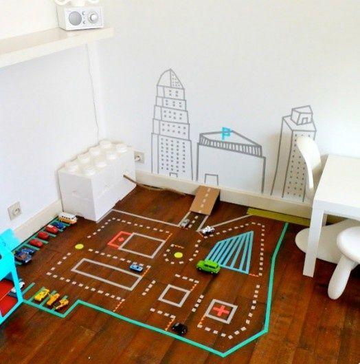 Brinquedos caseiros - pista de corrida no chão, pingue pongue de balão