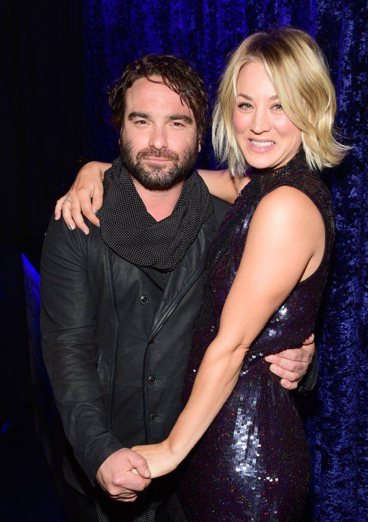 Pin for Later: Die 23 Highlights der People's Choice Awards 2016 Kaley Cuoco kuschelte mit ihrem Big Bang Theory Costar (und Exfreund) Johnny Galecki Pictured: Johnny Galecki and Kaley Cuoco