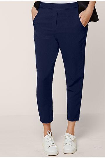 Intimissimi  Pantaloni con Tasche  Pantaloni lunghi caratterizzati da due tasche e una finta tasca nella parte posteriore. L'elastico in vita è ricoperto.  Colore Blu