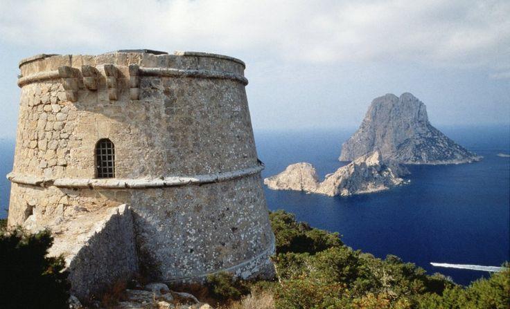 Torre del Pirata La atalaya más alta de la costa ibicenca, ofrece la mejor perspectiva del islote de Es Vedrà, símbolo paisajístico de Ibiza y marco de famosas puestas de sol.