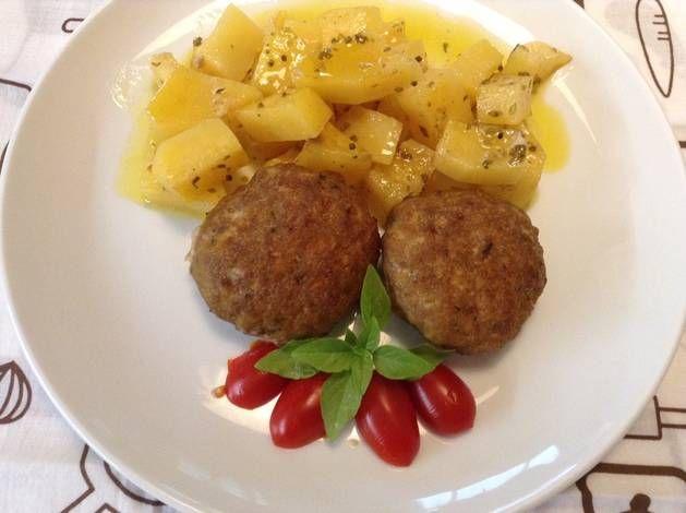 Μπιφτέκια αφράτα με λεμονάτες πατάτες στον φούρνο #cookpadgreece