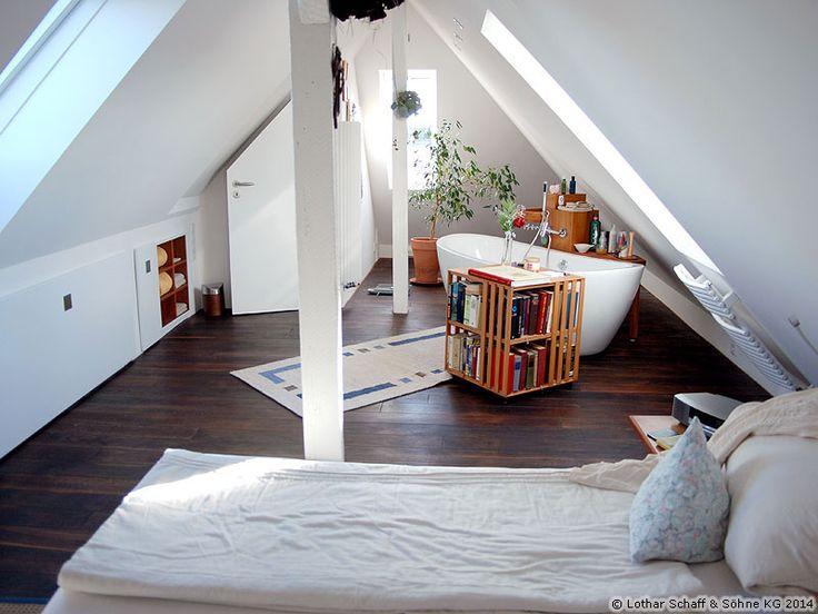 Der fertig ausgebaute Dachboden zu einem neuen Schlafzimmer mit freistehender Badewanne