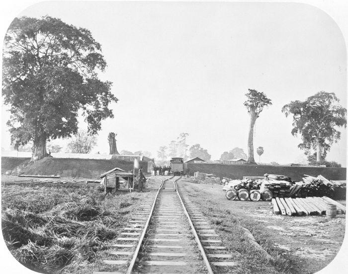 Stasiun kereta api di pintu masuk Kraton Kutaraja, tahun 1875-1885
