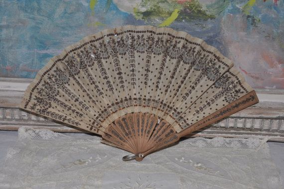 Antico ventaglio di paillettes seta francese vittoriano, per essere riparato, Hand Held Fan, paillettes seta, bastoni in legno, Parigi Boudoir Decor, Made in France
