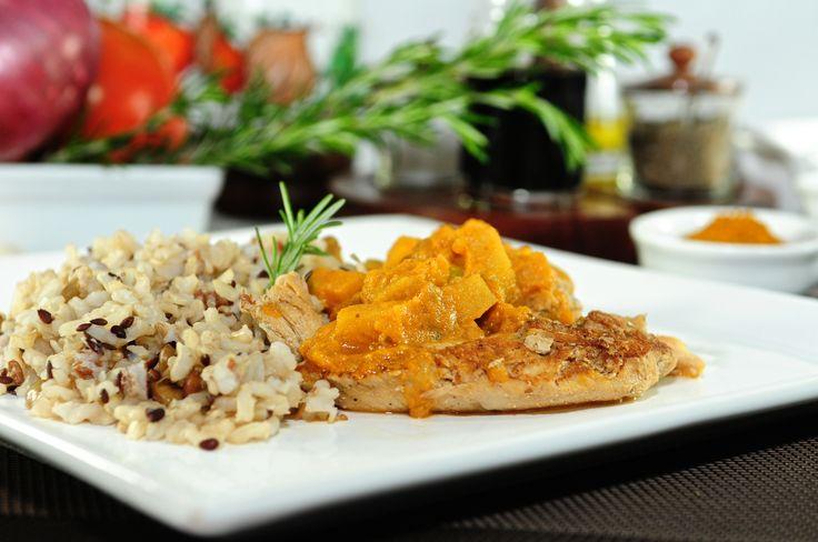 FRANGO AO CURRY: Peito de frango grelhado com maçã verde num especial molho picante. Acompanha mix de arroz sem glúten (integral, vermelho e negro) KCal.: 353 | CG: 21,5 | COL.: 100,0