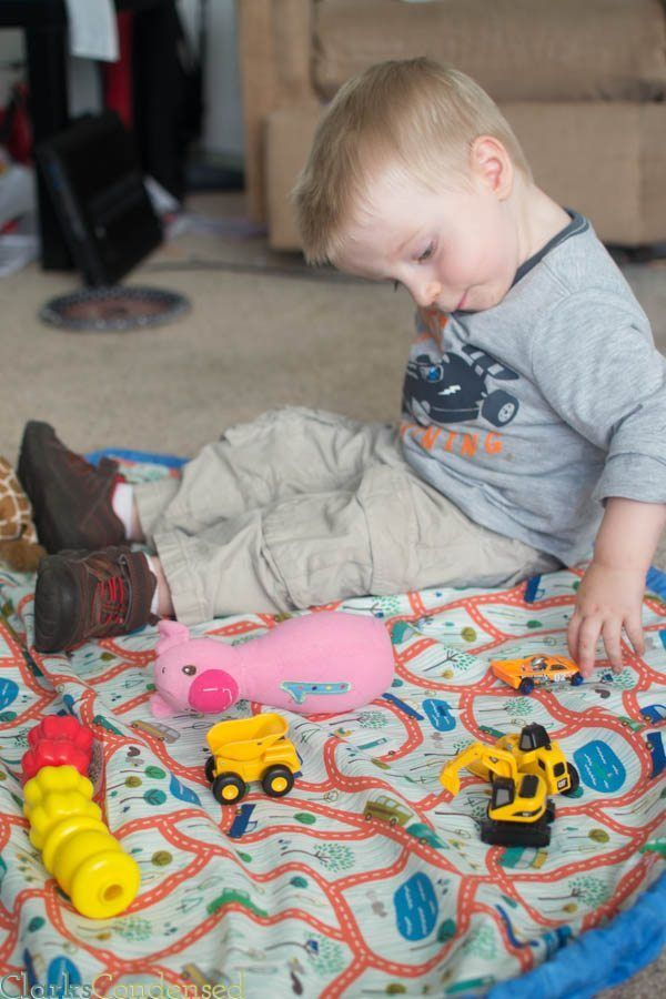 Toy and Lego Bags are a lifesaver for clean up! This tutorial is super easy to follow and do, and it makes a playmat, too.