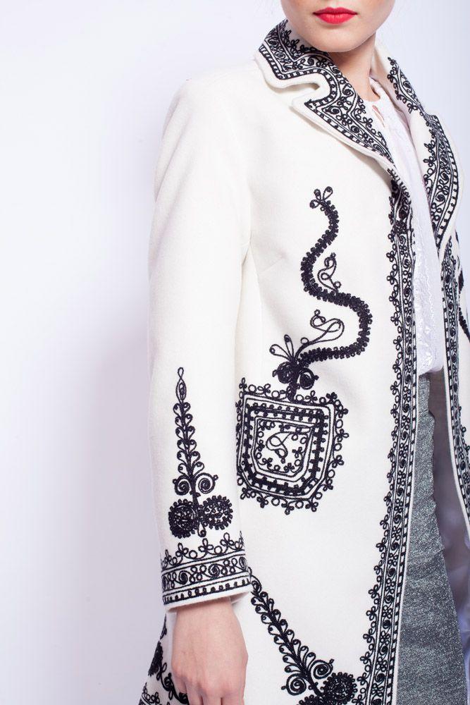 Poarta o atmosfera unica!  #embroideredcoat #RomanianLabelCoat