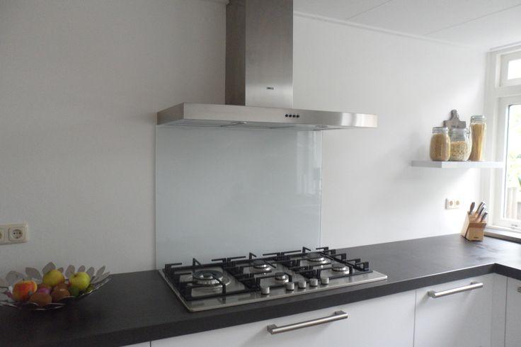 DIY: gekleurde glazen achterwand voor in de keuken. In hoogglans wit. Perfect voor in de moderne keuken. Standaard maten leverbaar vanaf € 89,00 op Glazz.nl.