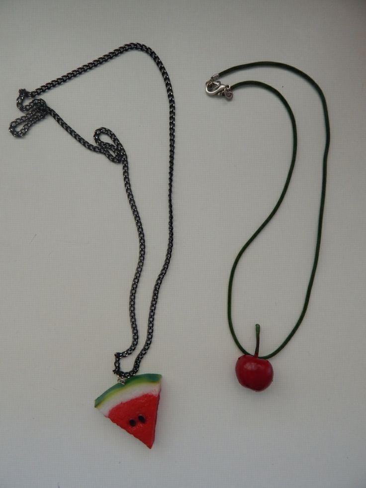 (36) κολιέ καρπούζι και κεράσι. Φοριούνται μαζί επειδή είναι φτιαγμένα σε διαφορετικά μεγέθη, αλλά και ξεχωριστά.