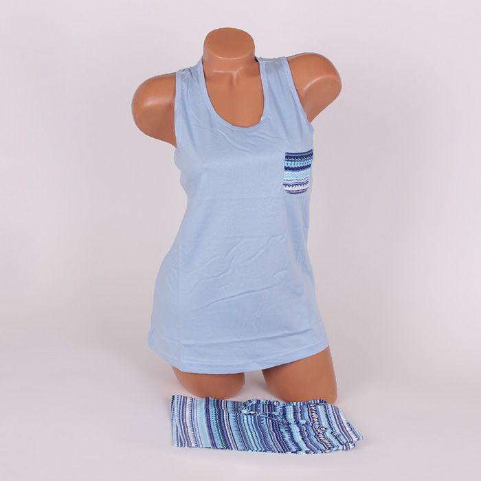 Комплект за сън през летните нощи в син цвят, изработен от памук. Потникът е с широки презрамки и е тип спортен, с обло деколте и джобче в лявата страна отпред. Паталонките са с красив дизайн в сини цветове, ластик и връзки на талията за корекция.