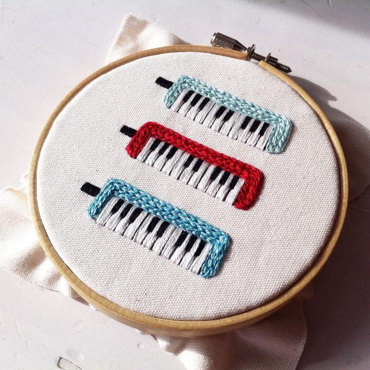いいね!220件、コメント7件 ― コドモノテさん(@kodomono_te)のInstagramアカウント: 「鍵盤ハーモニカの刺繍ブローチ、つくっています(o^^o) #embroidery #handmade #handembroidery #needlework #ハンドメイド#手刺繍 #刺繍…」