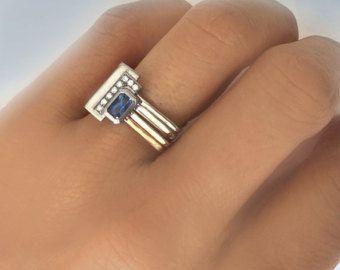 In 18K gold Satz 4 quadratischen Ringe gehämmert und miteinander verbunden durch ein weißes Gold-Rechteck mit einem wunderschönen Diamanten ebnen Einstellung von Hand gefertigt. Inspiriert von Geometrie und Florentiner Architektur der Stadt, die meine Karriere als Goldschmied gepflegt. Der quadratische Ring ist ein absolut einzigartiges Stück mit unausgesprochenen Reiz und Raffinesse. Das Design bleibt zeitlos.  ❏ Sind Sie gefragt, ob es bequem ist? die Antwort ist ja! 100 % garantieren. ❏…