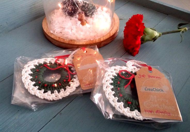 Morgen heeft Emily een kerstetentje op school met haar klas. Het leek me wel leuk om dan een kleinigheidje mee te geven voor haar juffen. In plaats van een kerstkaart, gewoon een klein, leuk dingetje, om ze fijne feestdagen toe te wensen. Ik wilde iets haken. En na wat Pinteresten (is dat een werkwoord inmiddels?) om wat ideetjes op te doen, bedacht ik een kerstkransje om in de kerstboom te hangen. Simpel, zo klaar, maar toch leuk om te geven (vind ik)! Wat heb je nodig? – Haaknaald 2,5 of…