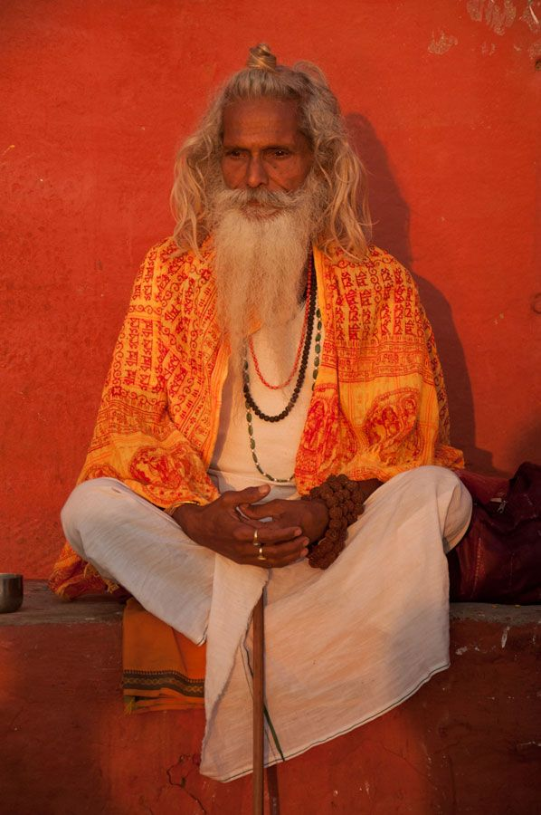 Dall'altra parte del mondo, a Varanasi, un mistico canta su ciò che finisce, su ciò che inizia.  In the other part of the world, in Varanasi, a mystic man is singing about what ends, and what begins.