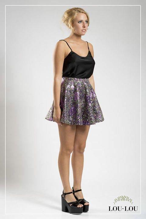 Mini plato Juliette en paillettes estampado en color violeta y musculosa Estrasburgo negra