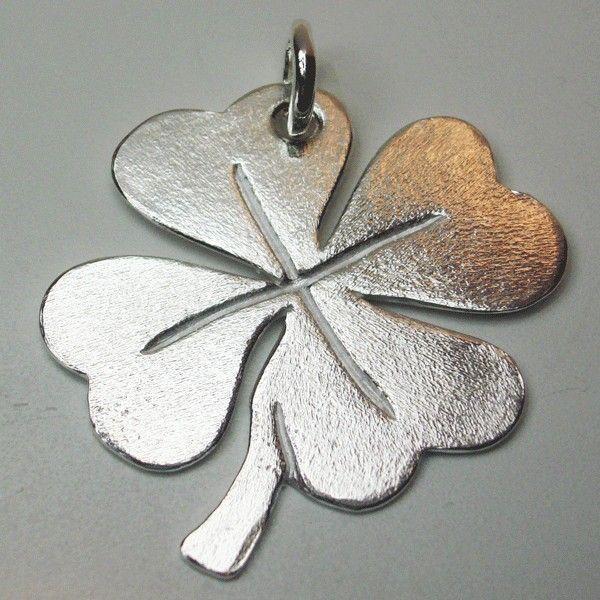 Colgante en forma de trebol mateado ,grande y aparante un precioso amuleto terminado en brillo y plata de ley.